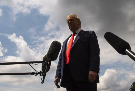 Il presidente Trump parla mentre lascia la Casa Bianca