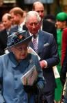 La regina Elisabetta II (C) della Gran Bretagna, seguita dal Principe Edoardo britannico, Conte di Wessex (L), Il Principe Harry, Duca di Sussex (2L), il Principe Carlo britannico, Principe di Galles (centro R), il Principe William, Duca di Gran Bretagna Cambridge, (2R) e Meghan, Duch