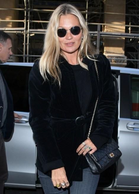 Kate Moss passeggia per il quartiere del Marais durante la settimana della moda parigina