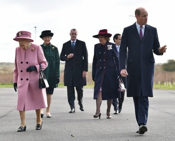 La regina Elisabetta II (C) e il principe William, Duca di Cambridge (R) della Gran Bretagna arrivano con il CEO di Dstl Gary Aitkenhead (L) presso l'Energy Analysis Center mentre visitano il Defense Science and Technology Laboratory (Dstl) nel parco scientifico di Porton Down vicino a Salisbury, nell'Inghilterra meridionale, il 15 ottobre 2020. - La regina e il duca di Cambridge hanno visitato il Defense Science and Technology Laboratory (Dstl) dove dovevano vedere le esibizioni di armi e tattiche utilizzate nel controspionaggio, una dimostrazione di un medico legale Investigazione sugli esplosivi e incontro con il personale coinvolto nell'incidente di Salisbury Novichok. Sua Maestà e Sua Altezza Reale hanno anche aperto formalmente il nuovo Centro di Analisi Energetica.