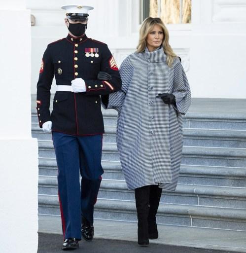 La first lady Melania Trump accetta la consegna dell'albero di Natale della Casa Bianca