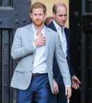 Il principe Harry saluta la folla fuori dal Castello di Windsor la sera prima del suo matrimonio con Meghan Markle