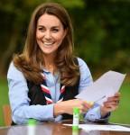 Catherine, duchessa di Cambridge, visita un gruppo scout a Northolt