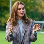 La duchessa di Cambridge indossa una maschera mentre visita gli studenti dell'Università di Derby