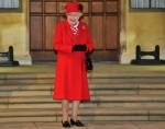 La regina Elisabetta II della Gran Bretagna reagisce mentre aspetta per ringraziare i volontari locali e k