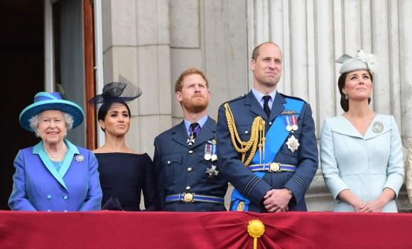 Da sinistra, la Regina Elisabetta II, Meghan Duchessa del Sussex, il Principe Harry Duca di Sussex, il Principe William Duca di Cambridge e Katherine Duchessa di Cambridge assistono al flypast del centenario della RAF dal balcone di Buckingham Palace, Londra, martedì 10 J