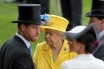 Royal Ascot, Ritratto di Sua Altezza Reale la Regina Elisabetta la Seconda dietro TRH Harry il Duca di Sussex e TRH Meghan la Duchessa di Sussex