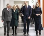 Il principe William, Catherine, il principe Carlo e sua moglie, la britannica Camilla, durante la loro visita al Centro di riabilitazione medica della difesa