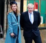 Boris Johnson e la sua fidanzata incinta Carrie Symonds vengono visti lasciare l'Abbazia di Westminster