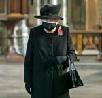 La regina Elisabetta II colloca fiori sulla tomba del Guerriero Ignoto a Londra