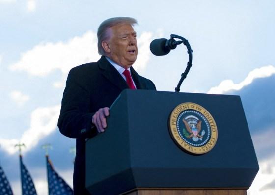 Il presidente Donald J. Trump saluta i partecipanti alla Joint Base Andrews