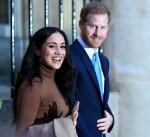 Il principe Harry, duca di Sussex e Meghan, duchessa di Sussex della Gran Bretagna reagiscono mentre se ne vanno dopo la sua visita a Canada House in ringraziamento per la calorosa ospitalità canadese e il sostegno che hanno ricevuto durante il loro recente soggiorno in Canada, a Londra, il 7 gennaio 2020