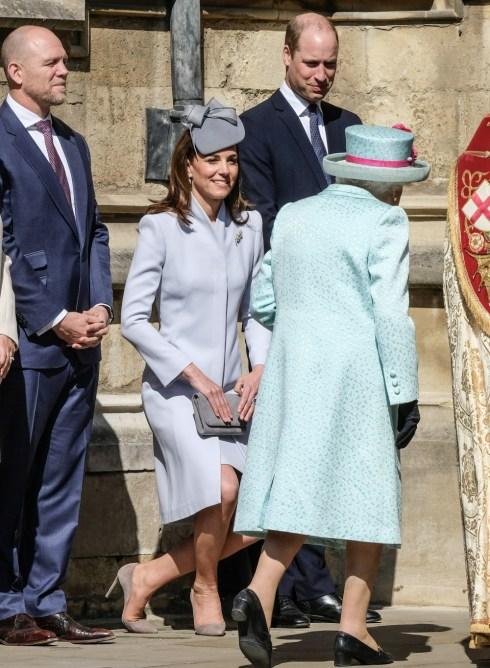 Kate, duchessa di Cambridge, inchini davanti a Sua Altezza Reale la Regina Elisabetta II alla funzione religiosa della domenica di Pasqua nella Cappella di San Giorgio nel Castello di Windsor domenica 21 aprile 2019