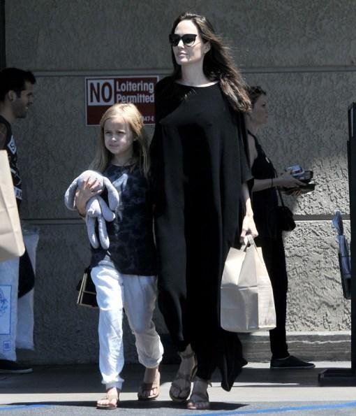 Angelina Jolie si gode il 4 luglio con Vivienne andando a fare la spesa