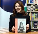 Nigella Lawson firma il suo libro
