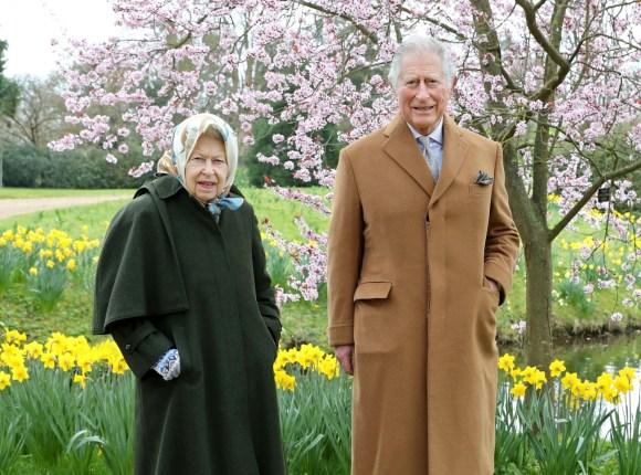 Foto ufficiali della regina e del principe di Galles
