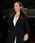 Angelina Jolie trasuda glamour mentre emerge dal BFI Waterloo a Londra