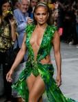 Jennifer Lopez chiude la sfilata della settimana della moda di Versace con l'iconico abito verde