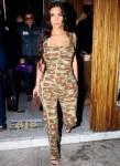 Kim Kardashian fa girare la testa con una tuta mimetica mentre lascia la festa di lancio della tequila 818 di Kendall Jenner
