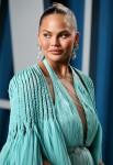 Chrissy Teigen arriva al Vanity Fair Oscar Party 2020 che si tiene presso il Wallis Annenberg Center per ...