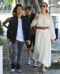 Angelina Jolie e i bambini sono tutti sorrisi dopo pranzo da Fig and Olive a West Hollywood