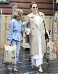 Angelina Jolie fa shopping da Lassens in mezzo alla pandemia di coronavirus coronavirus