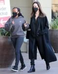 Angelina Jolie tiene per mano sua figlia Zahara mentre fa shopping