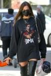 Irina Shayk rende omaggio al defunto rapper DMX indossando una maglietta disegnata da Kanye West