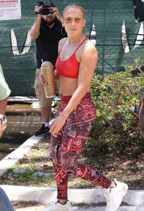 Jennifer Lopez indossa un completo da palestra ab-baring!