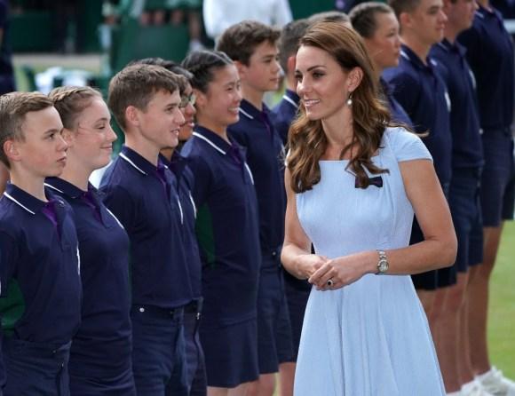 Catherine, duchessa di Cambridge, passa davanti ai raccattapalle dopo la finale del singolare maschile di Wimbledon. Londra, Regno Unito - domenica 14 luglio 2019.