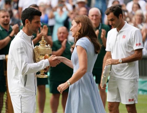 Catherine, duchessa di Cambridge, consegna il trofeo del singolare maschile di Wimbledon a Novak Djokovic dopo la sua vittoria su Roger Federer.Londra, Regno Unito - domenica 14 luglio 2019.