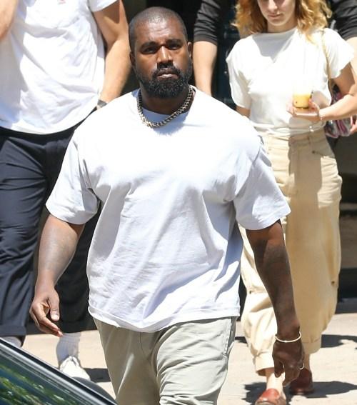 Kanye West esce dal suo ufficio dopo alcune riunioni mattutine