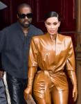 Kim Kardashian e Kanye West escono dopo il suo servizio in chiesa domenicale a Parigi