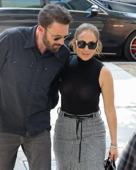 Ben Affleck e Jennifer Lopez indossano abiti coordinati mentre fanno shopping a Los Angeles