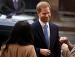 La Gran Bretagna Meghan, Duchessa di Sussex (L) e il Principe Harry, Duca di Sussex (C) della Gran Bretagna reagiscono quando arrivano a visitare la Canada House, a Londra il 7 gennaio 2020, in ringraziamento per la calda ospitalità canadese e il sostegno che hanno ricevuto durante il loro soggiorno recente