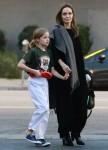 Angelina Jolie va a prendere Vivienne dopo la sua lezione di karate