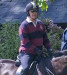 Il principe Andrea in sella al suo cavallo a Windsor accompagnato da uno sposo