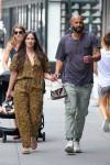 Kacey Musgraves e il fidanzato Cole Schafer camminano mano nella mano a New York