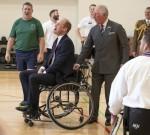 Il duca di Cambridge e il principe Carlo reagiscono dopo il suo tentativo fallito di lanciare una palla da basket in...