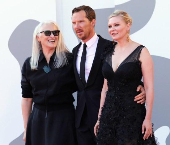 Jane Campion, Benedict Cumberbatch e Kirsten Dunst sul tappeto rosso del film 'The Power of the Dog' durante la 78° Mostra Internazionale d'Arte Cinematografica di Venezia