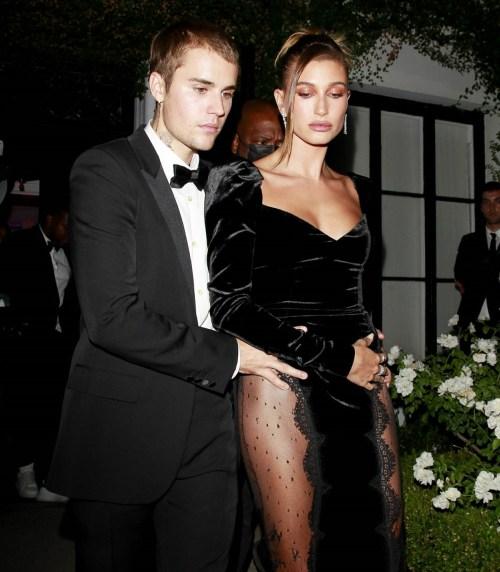 Justin Bieber e Hailey Bieber si tengono vicini mentre lasciano una festa in una galleria d'arte a West Hollywood