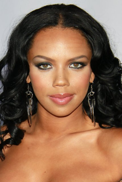 Kiely Williams Bra Size Age Weight Height Measurements
