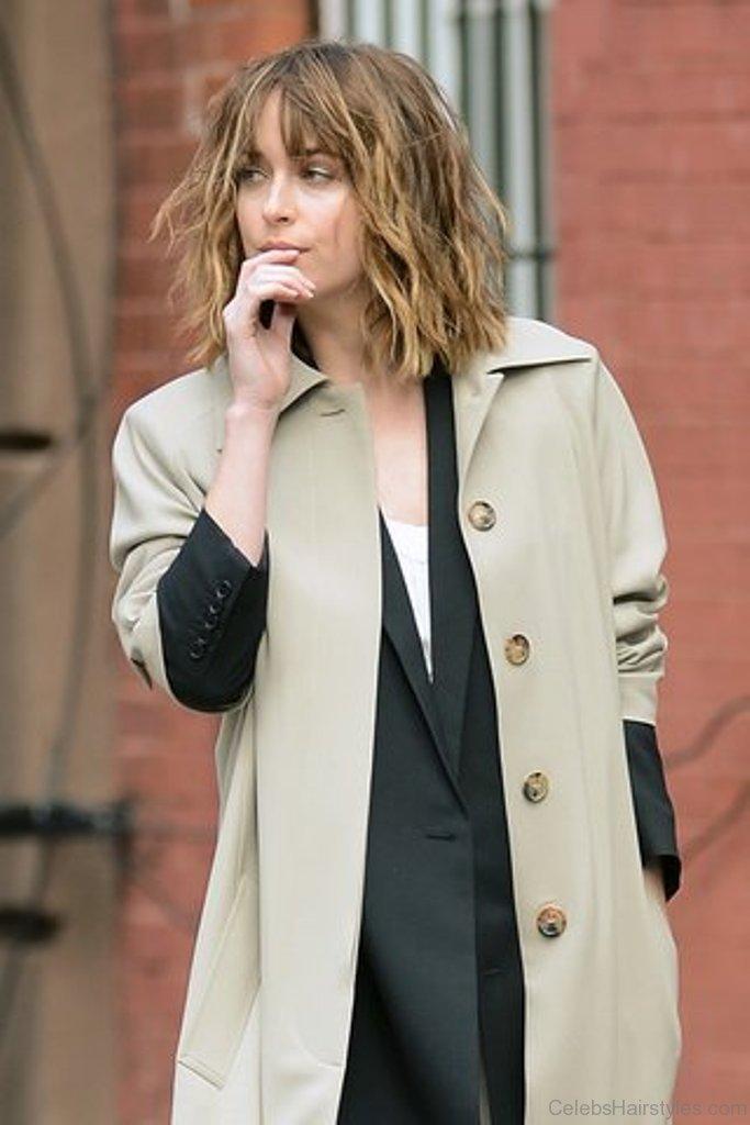 40 Classic Hairstyles Of Dakota Johnson