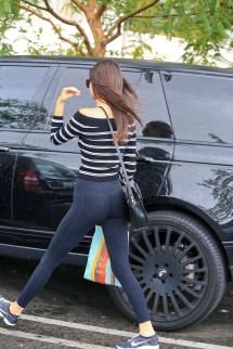 Kendall Jenner Wearing Form Fitting Yoga Pants