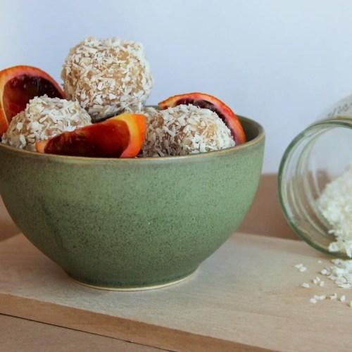 Energy balls vegan crues aux amandes, orange et noix de coco