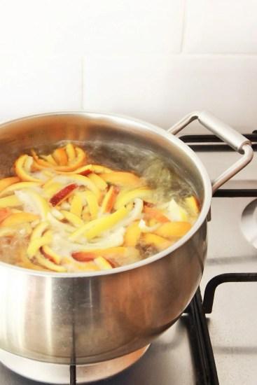 Orangettes: recette facile et zéro déchet qui vous permettra de recycler désormais vos épluchures d'oranges et de citrons pour en faire de délicieuses friandises « maison ».