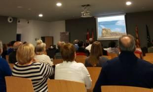 Un momento de la conferencia «Piedras rituales y funcionales del Alto Aragón» (foto Silvia Isábal)