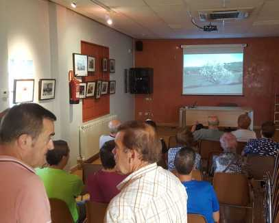 Viendo el audiovisual 'Del Sindicat a la Cooperativa d'Alcampell' en la fiesta mayor (foto Pep Espluga)