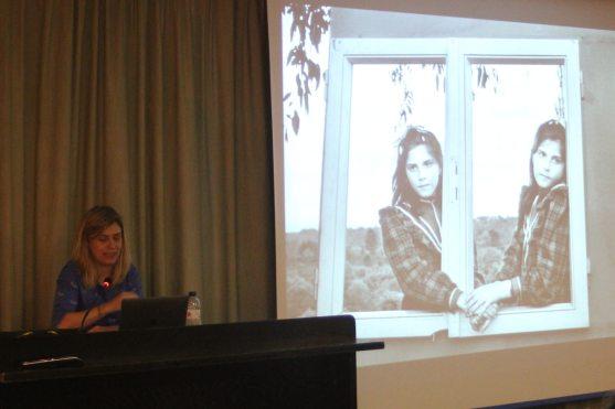 Judith Prat y una de sus obras, en la conferencia «La fotografía: el mundo en imágenes» (foto Imma Gracia / La Litera información)