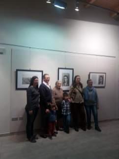 Familiares de Jaime Pla, ante algunas fotografías de la exposición en Binéfar (foto Silvia Isábal)